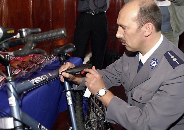 Jednym z pierwszych przedmiotów oznakowanych nową metodą był rower należący do Wojewódzkiego Ośrodka Ruchu Drogowego. Dane o nim i jego właścicielu trafiły do komputerowej bazy danych.