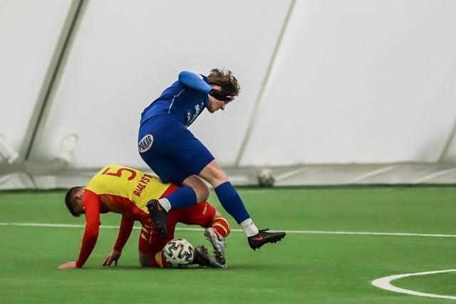 Piłkarze Wigier (na niebiesko) rozegrają dwa ostatnie z dziewięciu zimowych sparingów