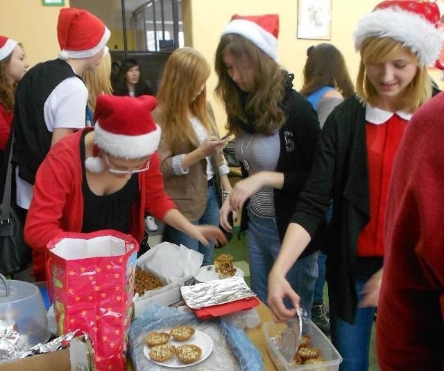 Każdy zjedzony kawałek ciasta to 1 zł do mikołajkowej puszki, której zawartość została wykorzystana na zakup słodyczy dla dzieci z Domu Samotnej Matki w Głogowie.