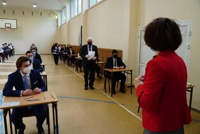 Aby matura została uznana za zdaną, należy zdobyć minimum 30 proc. punktów – z przedmiotów obowiązkowych. W 2021 r. maturzyści nie musieli obowiązkowo przystąpić do egzaminu z wybranego przedmiotu dodatkowego na poziomie rozszerzonym w części pisemnej.