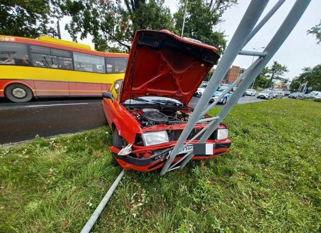 Wypadek przy CH Korona we Wrocławiu. Kobieta wjechała w słup