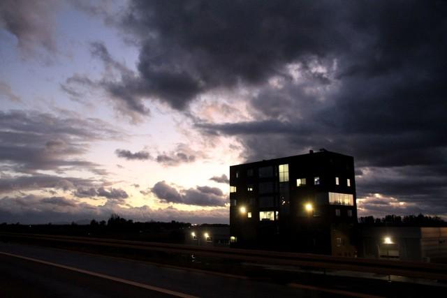 Od godz. 10 w niedzielę aż do 6 rano w poniedziałek dla południa Dolnego Śląska obowiązuje ostrzeżenie meteorologiczne pierwszego stopnia. Huragan Dennis nadciąga nad Polskę. Siła wiatru ma być tylko nieco mniejsza od tej, z jaką przed kilkoma dniami zaatakował huragan Ciara. Huragan Denis w piątek stworzył się pomiędzy Grenlandią a Islandią, gdzie spotkały się dwie masy powietrza o kontrastowych temperaturach: bardzo ciepłe i bardzo zimne. - W oparciu o to powstał głęboki niż, który z rejonu grenlandzko-islandzkiego przemieszczał się na wschód - informuje dr hab. Marek Błaś z Zakładu Klimatologii i Ochrony Atmosfery Uniwersytetu Wrocławskiego.Wrocławskiego.Huragan Dennis - czytaj więcej na kolejnych slajdach, posługuj się klawiszami strzałek, myszką lub gestami.
