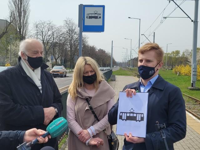 Od lewej: radny PiS Waldemar Jaroszewicz, radna dzielnicy Brzeźno Patrycja Kardasz i radny PiS Andrzej Skiba