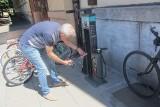 Poznań: Rowerzyści mogą korzystać z samoobsługowych naprawczych stacji rowerowych [ZDJĘCIA]