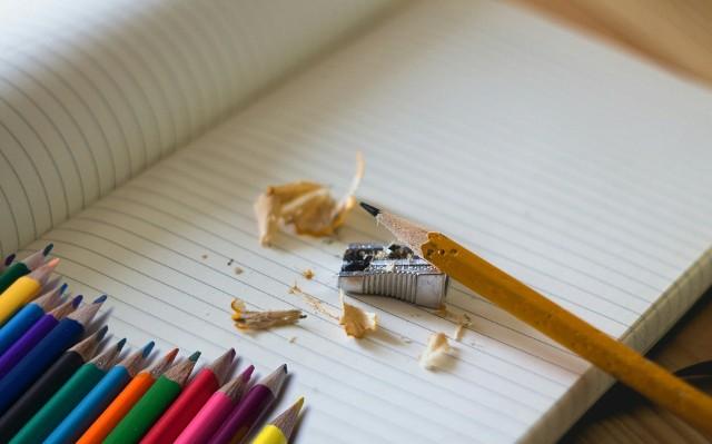 Stypendium może otrzymać uczeń, uczęszczający w roku szkolnym 2021/2022 do toruńskiej szkoły: podstawowej począwszy od klasy V, liceum ogólnokształcącego, technikum, branżowej szkoły I stopnia oraz szkoły artystycznej. Jak i do kiedy złożyć wniosek? Sprawdź na kolejnych slajdach.
