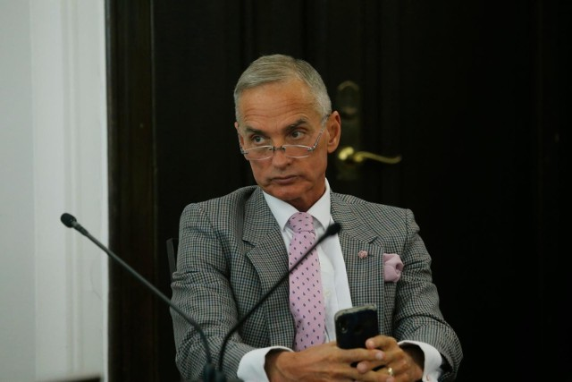"""Piątka dla zwierząt: Senator Jan Maria Jackowski uważa, że PiS """"produkuje"""" ustawę, której absolutnie nie było w programie partii"""