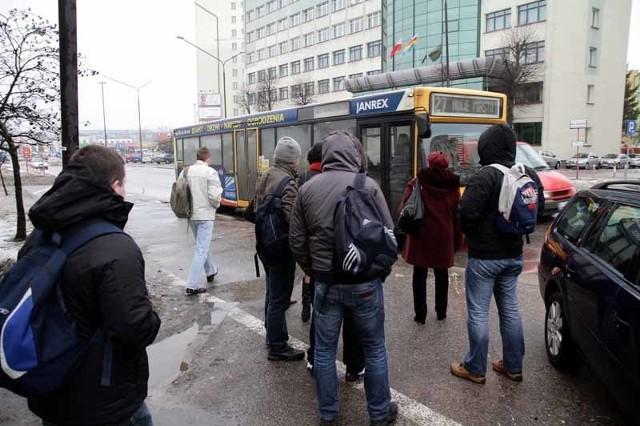 Od ubiegłej soboty ulicą kard. Wyszyńskiego jeżdżą tylko autobusy linii 27. Pasażerowie chcieliby, żeby można było stąd jeździć też innymi liniami, także w kierunku centrum.