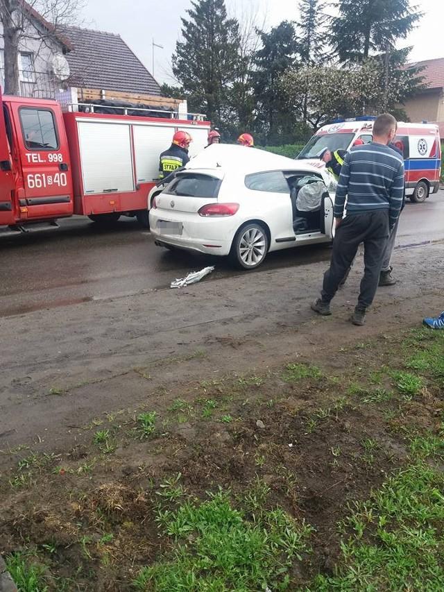 Volkswagen zderzył się z koparką na ulicy Młodzieżowej w Wodzisławiu Śląskim