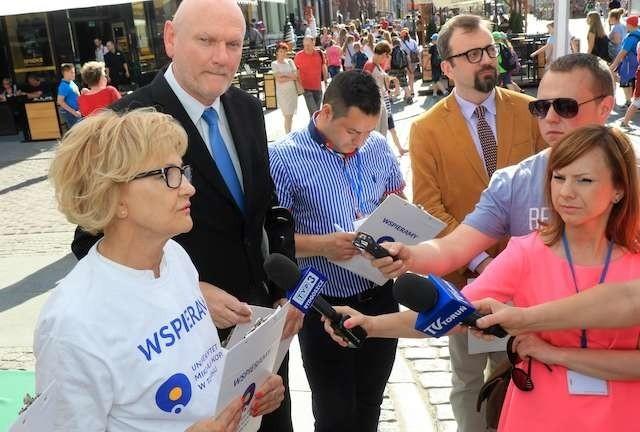 Na Rynku Staromiejskim do wsparcia apelu ToMiTo namawiali m.in. Iwona Michałek, Michał Zaleski oraz MARCIN CZYŻNIEWSKI