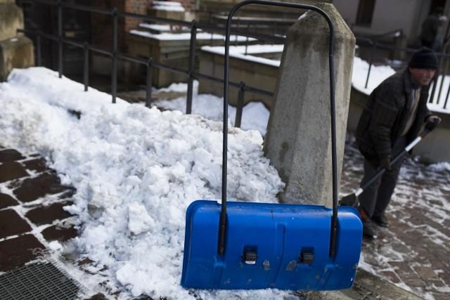 Powinno to być zrobione starannie i, co ważne, śniegu nie wolno zgarniać na drogę. Powinien znaleźć się w takim miejscu, by nie przeszkadzał ani samochodom, ani pieszym.