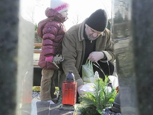 - Woda na cmentarzu spowodowała wielkie straty - mówi pan Jan, który na grób żony przyszedł razem z wnuczką Nikolą