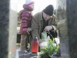 Woda niszczy groby na cmentarzu w Krośnie Odrz.