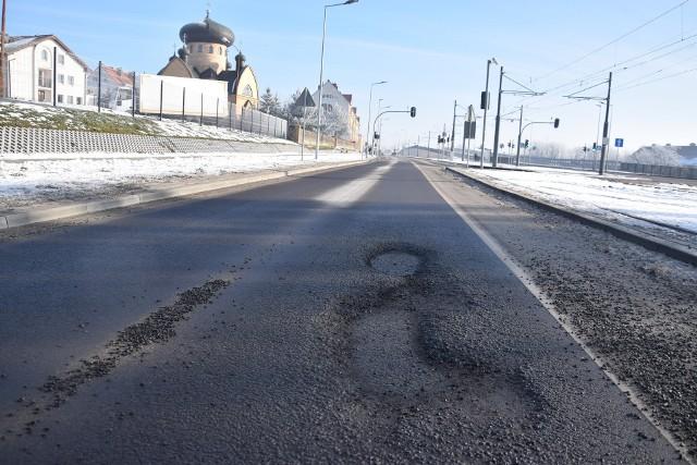 Dziury w jezdni tworzyły się w okolicy cerkwi.