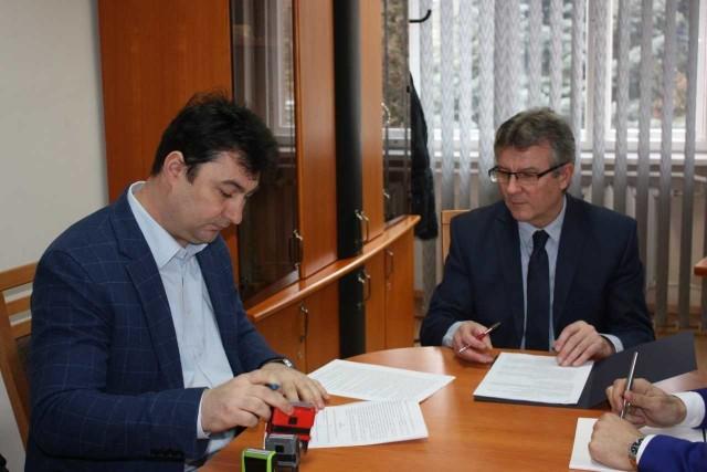 Starosta Zdzisłąw Gamański złożył już podpis pod umową na remont drogi