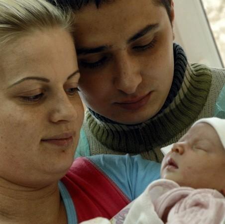 """Klaudia Pajcz (na zdjęciu z mężem Łukaszem i córeczką Oliwią), nawet nie przypuszczała, że akurat na nią wypadnie ,,tysięczny"""" poród w wolsztyńskiej lecznicy."""