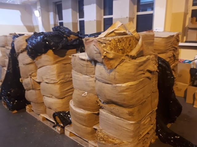 Worki z nielegalnym tytoniem ukryte były na naczepie między panelami solarnymi.