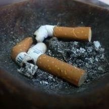 Ojciec chciał w niekonwencjonalny sposób zniechęcić dziecko do palenia papierosów.