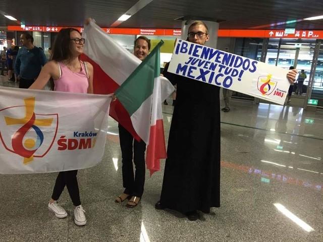 Na fanpage'u na Facebooku Parafii pw. Trójcy Przenajświętszej w Myszyńcu można było obejrzeć dziś takie zdjęcia: tak oczekiwano na młodzież z Meksyku na lotnisku w Warszawie.