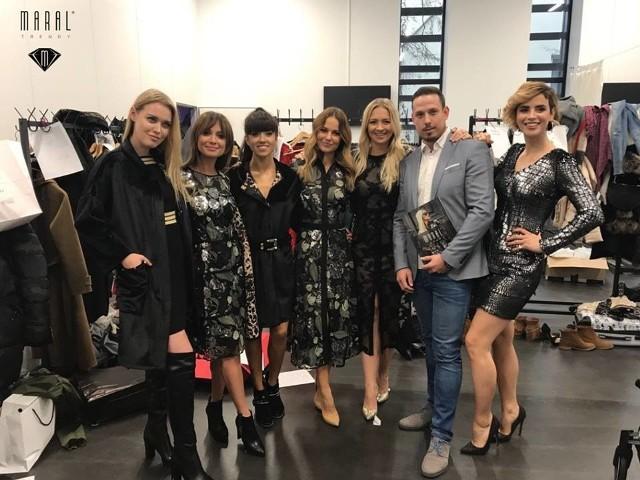 """Kolejny raz gwiazdy znane z pierwszych stron gazet wystąpiły w charytatywnym pokazie mody """"Zima mroźna nam nie groźna"""", który odbył się w Grodzisku Mazowieckim. Celebrytki i celebryci pojawili się na wybiegu w kreacjach znanych i cenionych projektantów.  W tym zacnym gronie znalazły się również suknie marki Maral Trendy."""