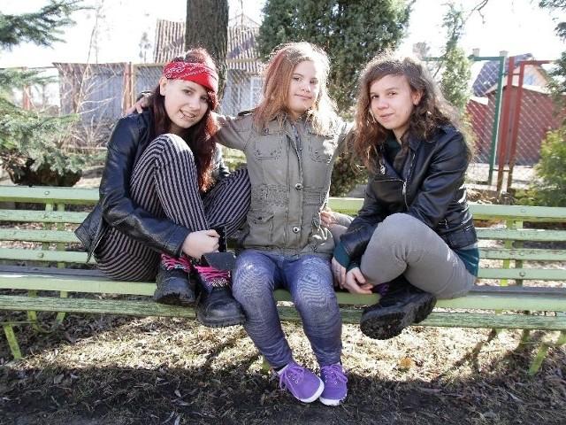 Agnieszka (na zdjęciu z lewej) działa jako wolontariuszka. Razem z siostrą Zosią (z prawej) organizują różne akcje, żeby pomóc swojej siostrze Gosi (w środku).
