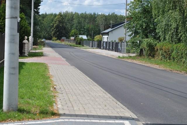 Nowy asfalt został już ułożony na odcinku drogi o długości około trzech kilometrów między Mikówką a Brzeską Wolą.