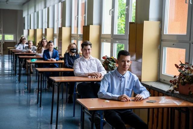 Egzamin ósmoklasisty rozpoczął się we wtorek 25 maja 2021 o godz. 9. Uczniowie przystępują do testu z języka polskiego
