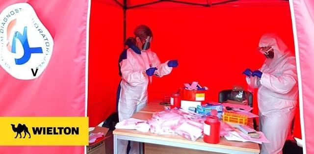 W Wieltonie potwierdzono 5 przypadków zakażenia SARS-CoV-2. Firma w dwa dni na własny koszt poddała testom blisko 200 pracowników. Przeprowadzona została również dodatkowa dezynfekcja pomieszczeń biurowych, szatni i stołówek. CZYTAJ DALEJ NA NASTĘPNYM SLAJDZIE