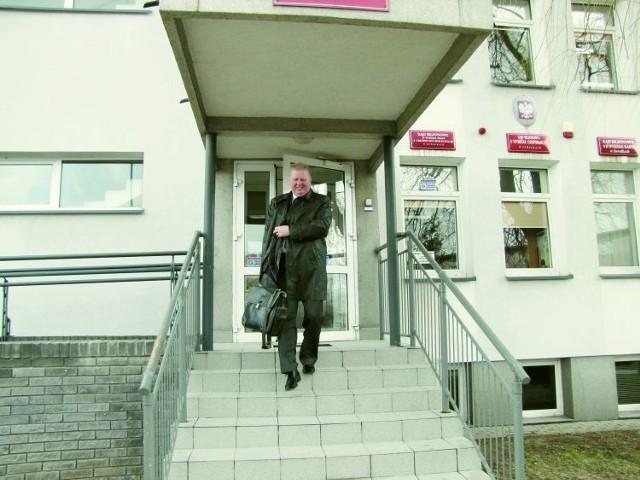 Zdzisław Siemaszko podał nawet suwalską PWSZ do sądu pracy. Uważa, że został zwolniony niesłusznie. Zawsze twierdził, iż rozwój szkoły, to głównie jego dzieło. A jeśli coś tam zawinił, to i tak zasługi są znacznie większe.