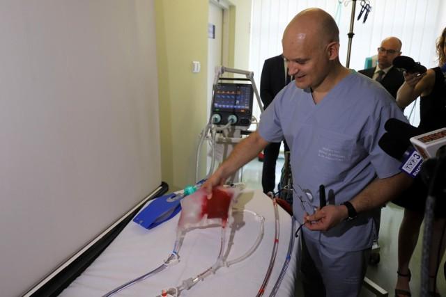 Wskazania są wtedy kiedy jest bardzo krytyczny stan oddechowy pacjenta, ale odwracalny, czyli taki, w którym mamy nadzieję, że ostra choroba jest w stanie minąć i  na czas kiedy pacjent nie jest w stanie pobrać odpowiedniej ilości tlenu do tkanek możemy mu je dostarczyć przy wykorzystaniu maszyny ECMO - tłumaczy dr Piotr Gałkin.