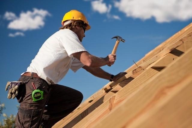Praca dekarza na wysokościNadmierne oszczędzanie podczas budowy domu może nas słono kosztować. Wilgoć, przeciekanie, mech porastający dach, kosztowne poprawki i remonty pokrycia – to tylko nieliczne bolesne skutki oszczędzania na jakości materiałów i wykonawstwa. Pamiętajmy, że od dachu w dużej mierze zależy komfort mieszkania. Ten element domu może również zniwelować koszty później eksploatacji domu.
