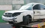 Wypadek w Przemyślu. Na ul. Przemysława nietrzeźwy kierujący fordem mondeo uderzył w drzewo. 26-latek uciekł z miejsca zdarzenia