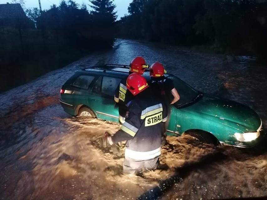 Nowe Brzesko. Nocna walka z nawałnicą. Rrwąca woda porwała samochód z kierowcą. Na ratunek ruszyli strażacy