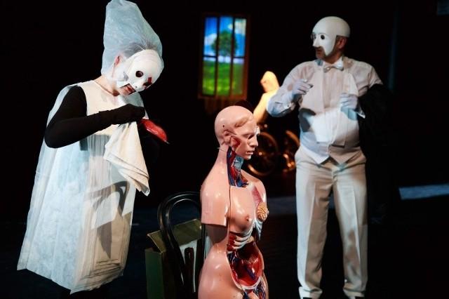 """Spektakl """"Czy Pan istnieje, Mr Johnes?"""" rozgrywa sie w ciekawej scenografii. Upiorny personel medyczny czy ludzkie organy to tylko jej pewien element."""