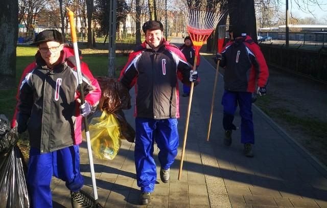 Ekipa sprzątająca we współpracy z gminnym zakładem komunalnym wysprzątała m.in. park Dzierżona i aleję Wodną w Kluczborku. Każdy może zamówić w ZAZ-ie usługi sprzątania.