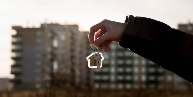 Ten, kto zwleka z zakupem mieszkania, musi przygotować się na większe wydatki – pula najtańszych lokali kurczy się z miesiąca na miesiąc.