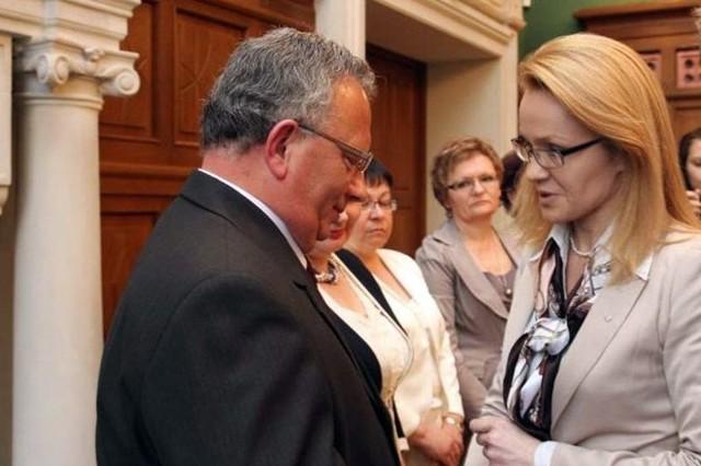 Alicja Wosik, wicewojewoda podkarpacki, wręcza medal naczelnikowi wydziału organizacyjnego Marcinowi Redźko.