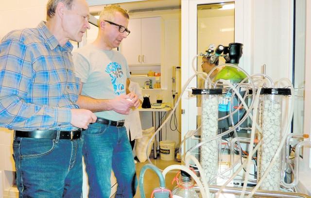"""Dr inż. Wiktor Kaźmierczak oraz dr hab. Piotr Piela (z Instytutu Chemii Przemysłowej) podczas badania pracy ogniwa paliwowego w bardzo nowoczesnym laboratorium w """"Cukrowni Dobrzelin"""""""
