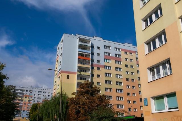 Portal Rankomat.pl porównał ofertowe ceny mieszkań z rynku wtórnego w miastach liczących co najmniej 50 tysięcy mieszkańców. W sumie eksperci serwisu przyjrzeli się kwotom w 77 największych miejscowościach Polski. Przytoczone stawki dotyczą średnich cen za metr kwadratowy w II kwartale 2021 r. i pochodzą z portalu nieruchomości adresowo.pl.Gdzie mieszkania są najdroższe? Zobacz w naszej galerii. Są dwa miasta z naszego regionu. Szczegóły na kolejnych stronach ---->