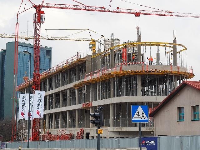 Uniwersytet Łódzki buduje nową siedzibę Instytutu Psychologii przy skrzyżowaniu ulicy Narutowicza i alei Rodziny Scheiblerów – nieopodal dworca Łódź Fabryczna. Można już rozpoznać kształt tego gmachu, wcześniej przedstawiany przez UŁ na wizualizacjach.>>> Zobacz kolejne zdjęcie tej inwestycji >>>