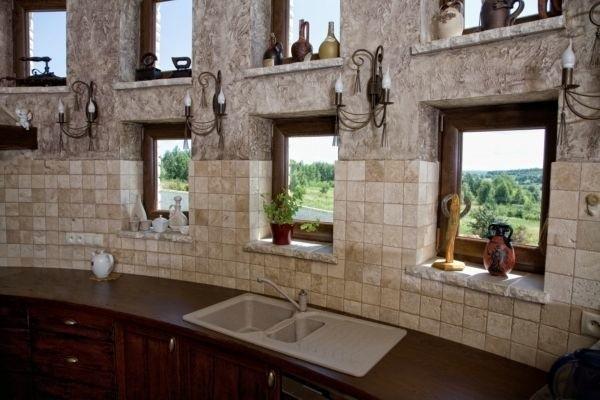 OknaNawet najlepsze parametry okien nie spełnią funkcji, gdy zawiodą okucia. Podstawowym ich zadaniem jest utrzymywanie  szczelności okien oraz zapewnienie funkcji otwierania, uchylania i zamykania. Okucia odpowiadają też za bezpieczeństwo użytkowania okien i chronią przed włamaniem.