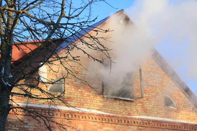 Do pożaru doszło w czwartek około godziny 13:40. Palił się budynek jednorodzinny w miejscowości Bukowo w gminie Wąsosz. Po przyjeździe na miejsce zdarzenia strażaków, pożarem objęte było poddasze budynku jednorodzinnego. Na szczęście w chwili wybuchu ognia nikogo wewnątrz nie było.W akcji oprócz jednostki OSP Szczuczyn, udział brały JRG Grajewo, a także jednostki OSP: Wąsosz, Żebry, Ławsk, Radziłów.