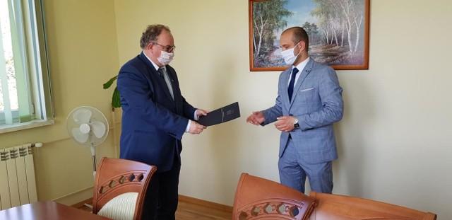 Maciej Kamiński (nz. z prawej) został nowym dyrektorem Wojewódzkiego Ośrodka Ruchu Drogowego w Przemyślu. Nz. odbiera nominację od Piotr Pilcha.