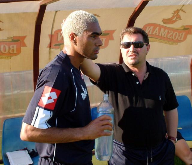 Bogusław Baniak rozmawia z Batatą. Brazylijczyk na razie leczy kontuzję kolana.