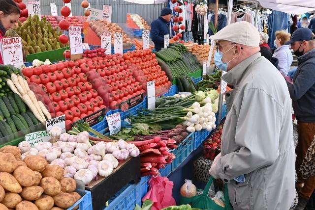 W piątek 22 maja kieleckie bazary tradycyjnie przeżyły oblężenie. Dobrą wiadomością dla klientów jest lekki spadek cen. Znacznie tańsze są truskawki , nieco tańsze pomidory. Sprawdziliśmy ceny najważniejszych produktów. Uwaga! Obecnie targowisko czynne jest codziennie z wyjątkiem poniedziałku od godziny 7 do umownej 14 ale tak naprawdę do ostatniego klienta, N kolejnych slajdach ceny najważniejszych produktów w piątek 22 maja