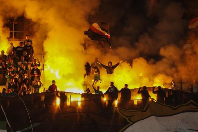 Śląsk - Hapoel. OPRAWA kibiców Śląska. Kibice Śląska Wrocław na początku meczu III rundy kwalifikacji Ligi Konferencji UEFA z izraelskim Hapoelem Beer Szewa odpalili race. Mecz został przerwany na kilkanaście minut.Już tuż przed rozpoczęciem meczu wiadomo było, że pseudokibice Śląska Wrocław odpalą race. Na trybunie pojawiła się sektorówka, pod którą zaczęła się dystrybucja pirotechniki. Zapalono ją w 2 min meczu. Cały stadion bardzo szybko spowiły kłęby dymu. Sędzia przerwał mecz, a zawodnicy obu drużyn zeszli do szatni. Wrócili z niej po kilkunastu minutach. Po krótkiej rozgrzewce spotkanie zostało wznowione.Za odpalanie rac na meczach europejskich pucharów grożą od UEFA słone kary, w tym zamknięcie trybun na kolejne spotkania.WAŻNE! Do kolejnych zdjęć przejdziesz za pomocą strzałek lub gestów na telefonie.