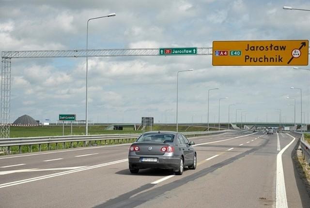 Autostrada A4 w. Przemyśl - w. Jarosław WschódAutostrada od w. Jarosław Zachód do w. Jarosław Wschód ma być otwarta w III kwartale tego roku.  Na 25-kilometrowym odcinku w. Jarosław Zachód - w. Przemyśl zbudowano 13 wiaduktów w ciągu autostrady i 10 wiaduktów drogowych. Prace pochłonęły 969 mln zł.