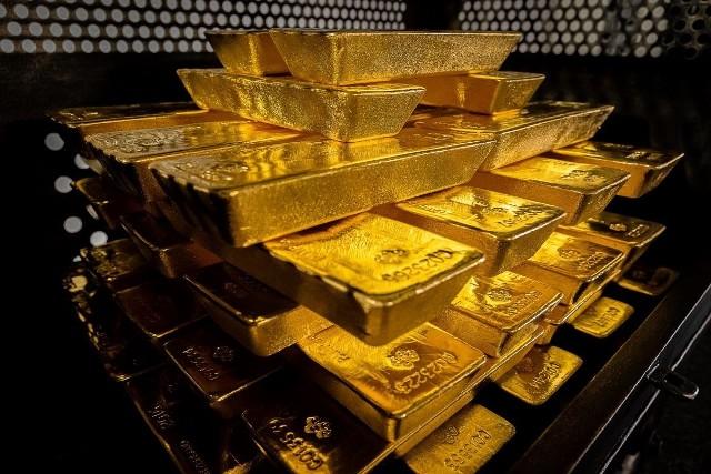 Osiem transportów, a w każdym tysiąc 12-kilogramowych sztab złota, każda warta około 2,5 mln złotych. Przez kilka tygodni przez Poznań przejeżdżały tajemnicze konwoje. Teraz Narodowy Bank Polski oficjalnie przyznał, że zakończył relokację z Anglii do Polski 100 ton złota, które stanowi część oficjalnych aktywów rezerwowych NBP. Przejdź dalej i zobacz więcej zdjęć --->