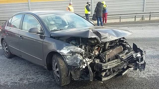 """Do zdarzenia na autostradzie A1, na wysokości Nowego Dworu, doszło we wtorek [06.02.2018] około godziny 13. Prezent na walentynki dla niego [POMYSŁY NA PREZENT]- Kierowca skody oktawii, jadący w kierunku Gdańska, nie zachował bezpiecznej odległości od pojazdu poprzedzającego i z dużą prędkością uderzył w tył volkswagena passata, który prowadziła kobieta - mówi podinsp. Wioletta Dąbrowska, rzecznik prasowy KMP Toruń. - Na szczęście nikomu nic poważnego się nie stało.Skończyło się na zniszczeniach obu aut, a kierowca skody dodatkowo otrzymał mandat i punkty karne.  Zobacz także wideo: Małgorzata Rozenek-Majdan i Radosław Majdan o swoich walentynkach. """"Już dostałam prezent!""""źródło: Agencja TVN/x-news"""