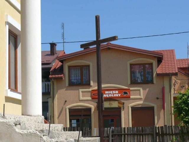 Krzyż z kokoszej górki stoi przy wjeździe do rynku w Zaklikowie.