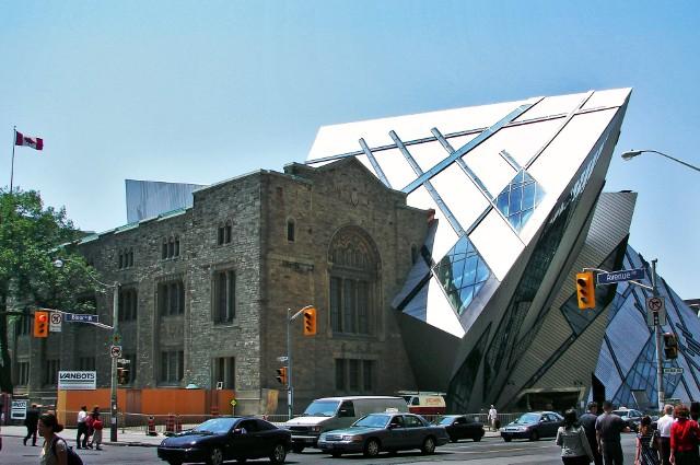 Architekt, konserwator zabytków, nadzór budowlany... Wydawałoby się, że skoro nad rewitalizacją historycznych budynków pracuje tylu fachowców, to efekt końcowy będzie zachwycał. Tymczasem na świecie można znaleźć mnóstwo bardzo kontrowersyjnych realizacji. Część z nich może się podobać, ale są i takie, przy których na usta ciśnie się pytanie: czy naprawdę nie dało się lepiej?Przejdź do kolejnych zdjęć, używając strzałki w prawo lub przycisku NASTĘPNE. Licencja